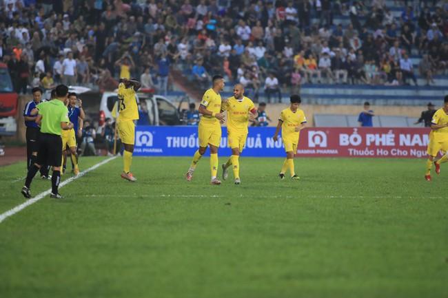 Kết quả Nam Định 3-2 TP.HCM: Lee Nguyễn nhận thẻ đỏ - Ảnh 3.