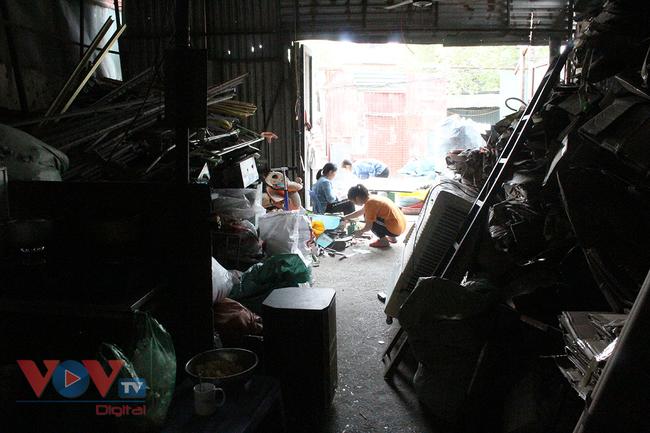 Hà Nội: Tiềm ẩn nguy cơ cháy nổ từ những kho hàng, ki ốt - Ảnh 18.