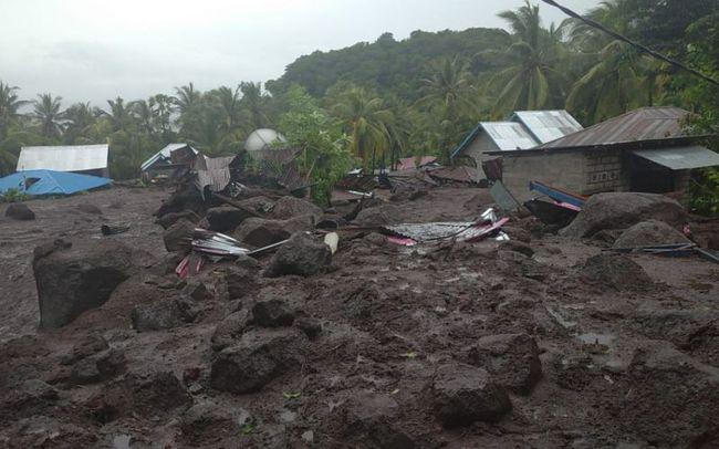 Thảm hoạ sạt lở đất ở Indonesia vùi lấp hàng trăm người - Ảnh 1.