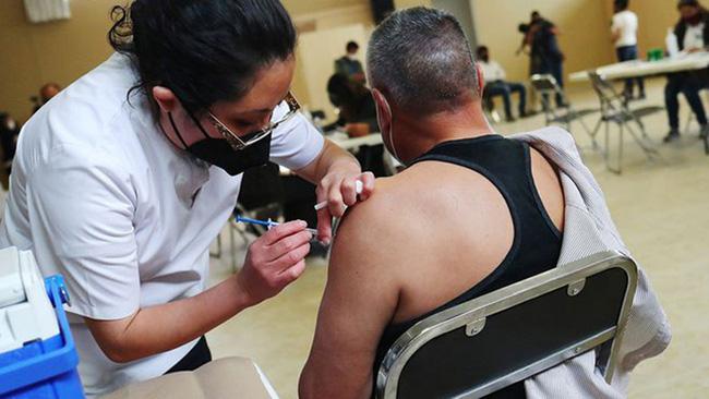 Cải trang thành người già để được tiêm vaccine COVID-19 tại Mexico - Ảnh 1.