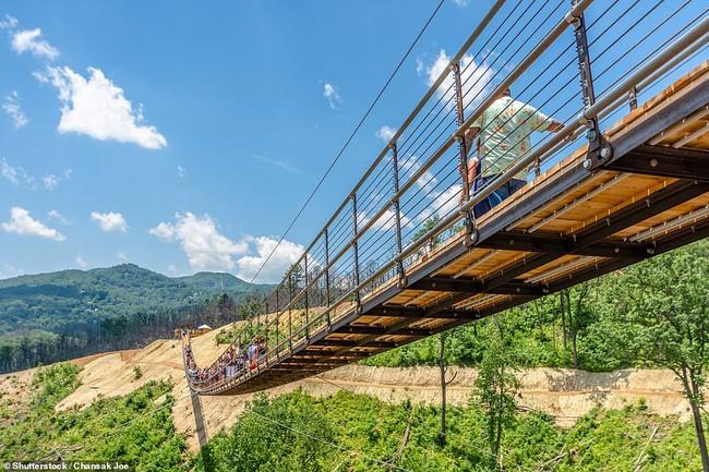 Những cây cầu treo đi bộ ngoạn mục trên thế giới - Ảnh 2.