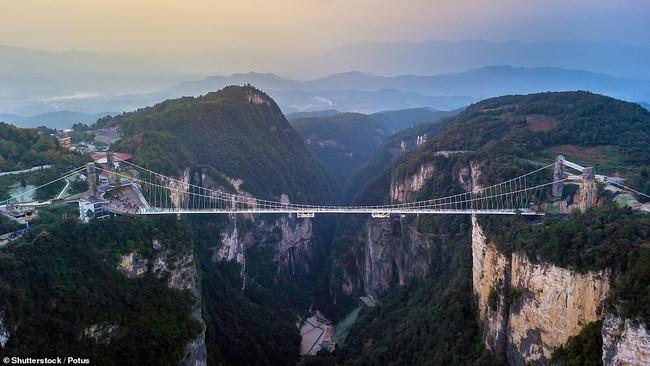 Những cây cầu treo đi bộ ngoạn mục trên thế giới - Ảnh 3.