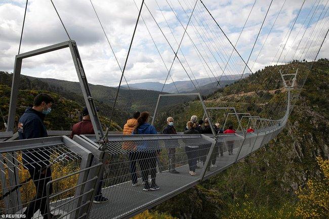 Bồ Đào Nha khánh thành cầu treo đi bộ dài nhất thế giới  - Ảnh 2.