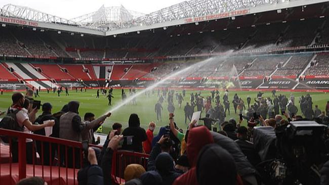 Chi tiết vụ CĐV Man United biểu tình: Đập phá Old Trafford, nhốt cầu thủ Liverpool trong phòng thay đồ - Ảnh 1.