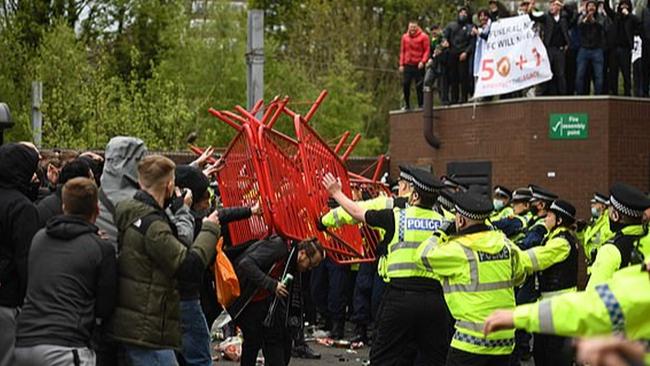 Chi tiết vụ CĐV Man United biểu tình: Đập phá Old Trafford, nhốt cầu thủ Liverpool trong phòng thay đồ - Ảnh 2.