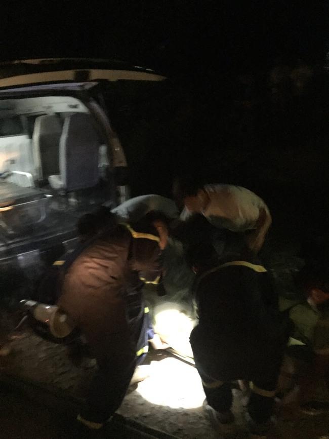 Giải cứu người đàn ông bị ong đốt treo lơ lửng trên vách núi ở Sơn La - Ảnh 3.