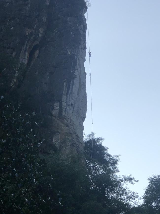 Giải cứu người đàn ông bị ong đốt treo lơ lửng trên vách núi ở Sơn La - Ảnh 1.