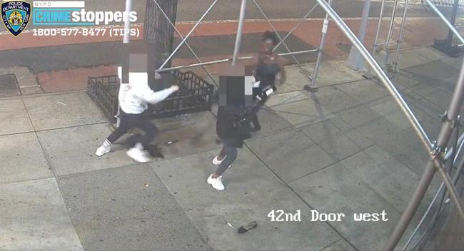 Hai phụ nữ gốc Á bị tấn công bằng búa giữa đường phố New York, Mỹ - Ảnh 1.