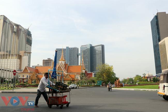 Thủ đô Phnom Penh ngày đầu dỡ bỏ lệnh phong tỏa - Ảnh 1.