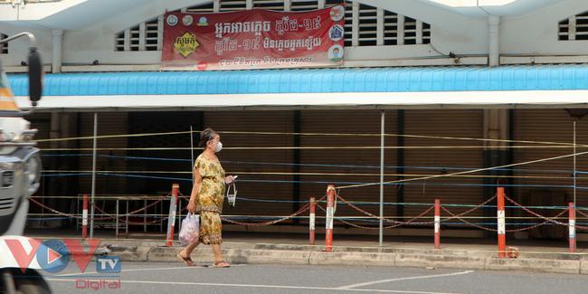 Thủ đô Phnom Penh ngày đầu dỡ bỏ lệnh phong tỏa - Ảnh 2.