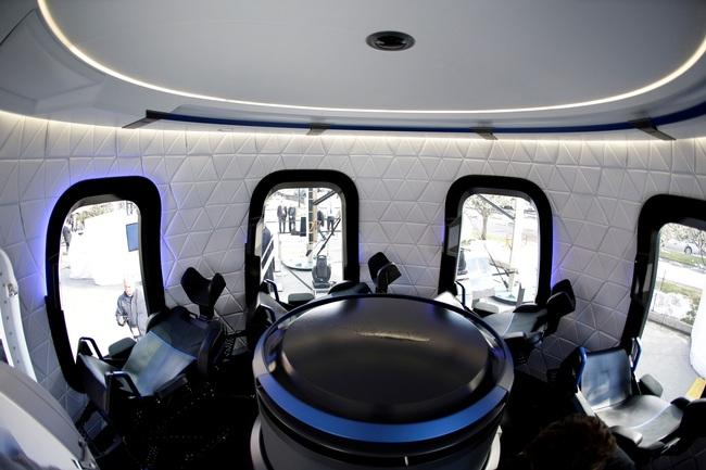 Công ty tên lửa Blue Origin bắt đầu mở bán vé du lịch vũ trụ - Ảnh 2.