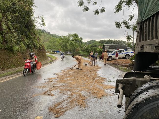 Tuyên Quang: CSGT cùng người dân dọn đường, tránh trơn trượt nguy hiểm cho người tham gia giao thông - Ảnh 1.