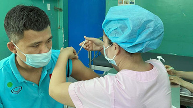Các thành viên ĐT futsal Việt Nam được tiêm vaccine - Ảnh 1.