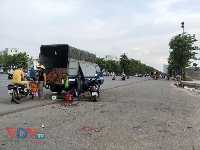 Hà Nội: Hàng chục ô tô 'vô tư' đậu dưới lòng đường bán trái cây - Ảnh 1.