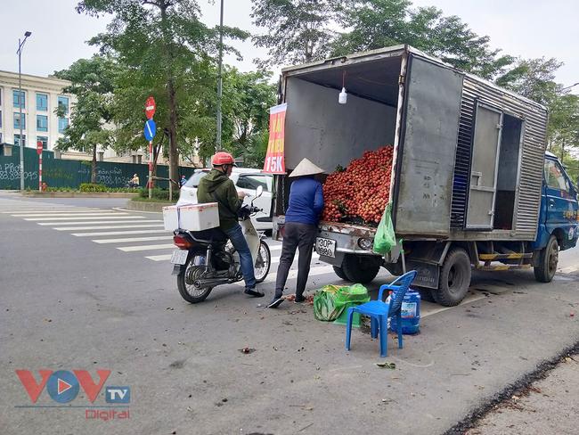 Hà Nội: Hàng chục ô tô 'vô tư' đậu dưới lòng đường bán trái cây - Ảnh 2.
