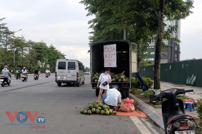 Hà Nội: Hàng chục ô tô 'vô tư' đậu dưới lòng đường bán trái cây - Ảnh 4.
