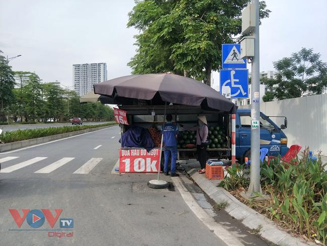 Hà Nội: Hàng chục ô tô 'vô tư' đậu dưới lòng đường bán trái cây - Ảnh 5.