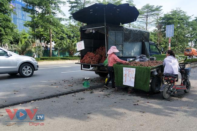 Hà Nội: Hàng chục ô tô 'vô tư' đậu dưới lòng đường bán trái cây - Ảnh 6.
