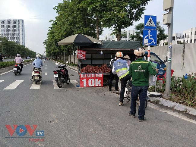 Hà Nội: Hàng chục ô tô 'vô tư' đậu dưới lòng đường bán trái cây - Ảnh 9.