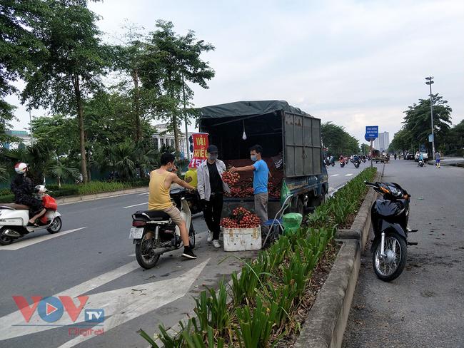 Hà Nội: Hàng chục ô tô 'vô tư' đậu dưới lòng đường bán trái cây - Ảnh 10.