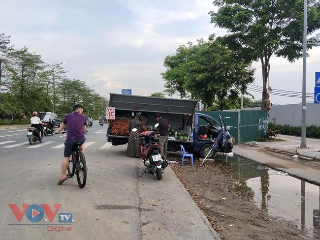 Hà Nội: Hàng chục ô tô 'vô tư' đậu dưới lòng đường bán trái cây - Ảnh 12.