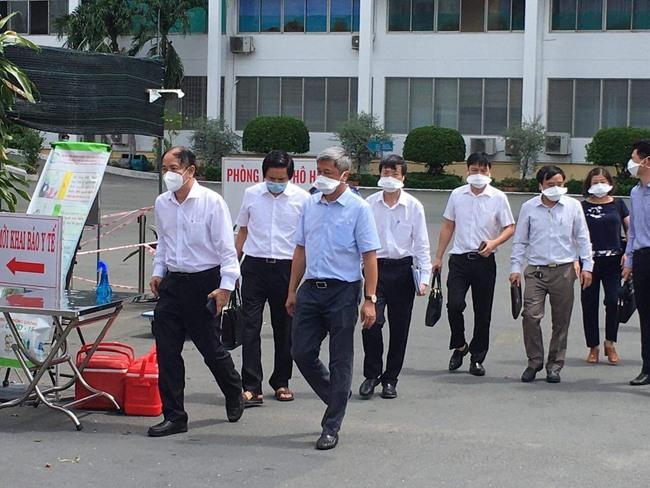Thứ trưởng Bộ Y tế chỉ đạo Bệnh viện Bệnh nhiệt đới TP.HCM sau 22 ca nhiễm Covid-19 - Ảnh 1.