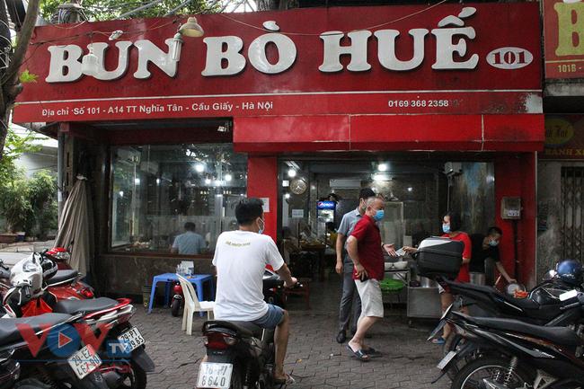 Hà Nội: Nhiều cửa hàng ăn uống chủ động phòng, chống dịch Covid-19 sau khi được mở cửa trở lại - Ảnh 1.
