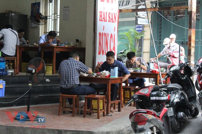 Hà Nội: Nhiều cửa hàng ăn uống chủ động phòng, chống dịch Covid-19 sau khi được mở cửa trở lại - Ảnh 11.