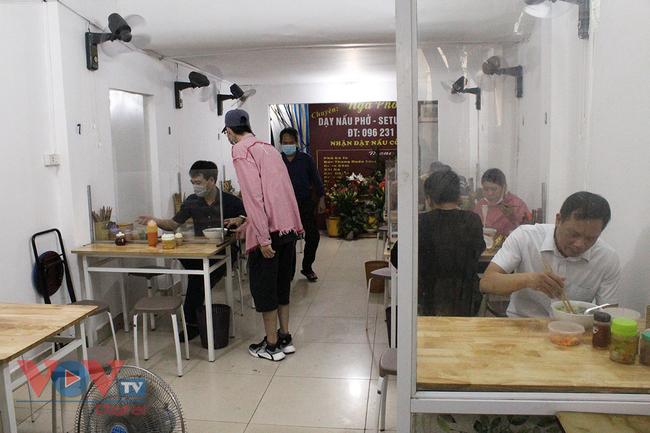 Hà Nội: Nhiều cửa hàng ăn uống chủ động phòng, chống dịch Covid-19 sau khi được mở cửa trở lại - Ảnh 3.