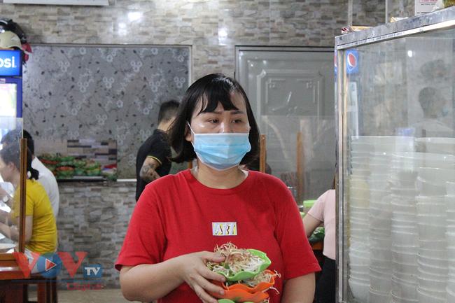 Hà Nội: Nhiều cửa hàng ăn uống chủ động phòng, chống dịch Covid-19 sau khi được mở cửa trở lại - Ảnh 4.