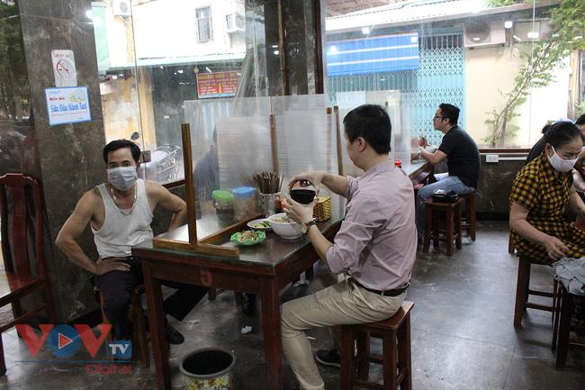 Hà Nội: Nhiều cửa hàng ăn uống chủ động phòng, chống dịch Covid-19 sau khi được mở cửa trở lại - Ảnh 5.
