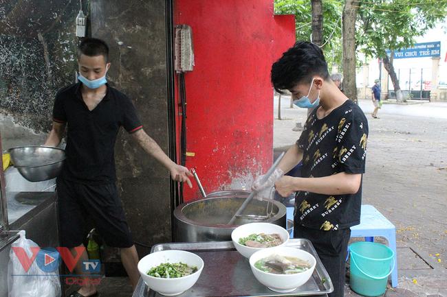 Hà Nội: Nhiều cửa hàng ăn uống chủ động phòng, chống dịch Covid-19 sau khi được mở cửa trở lại - Ảnh 6.
