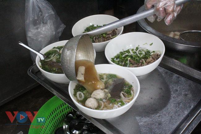 Hà Nội: Nhiều cửa hàng ăn uống chủ động phòng, chống dịch Covid-19 sau khi được mở cửa trở lại - Ảnh 7.