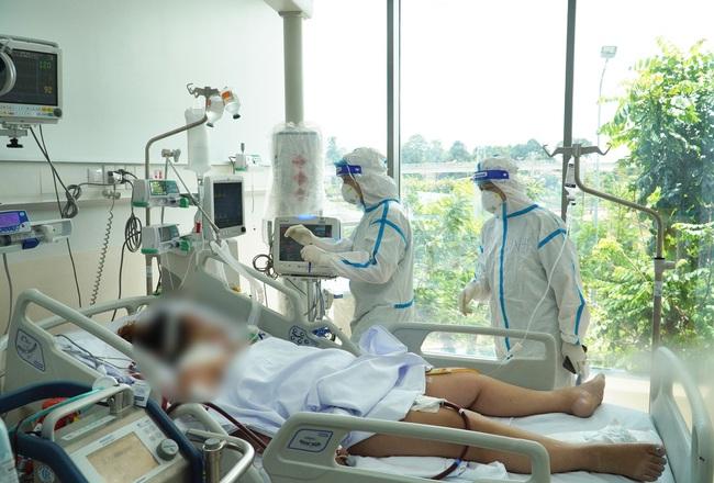 Tinh thần 'thép' của y bác sĩ ở Bệnh viện Hồi sức Covid-19 - Ảnh 1.