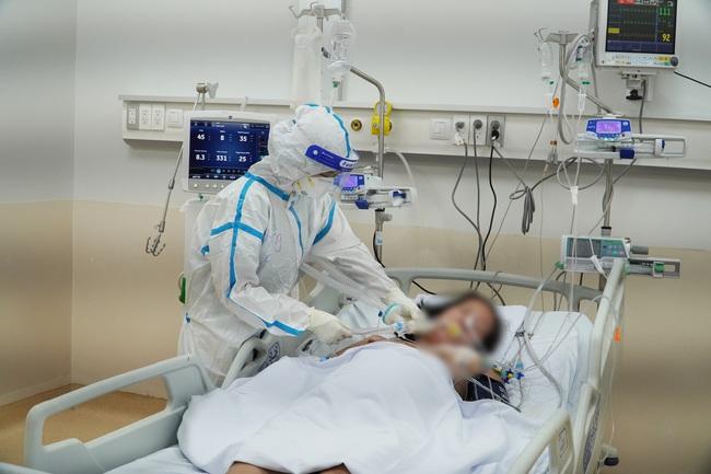 Tinh thần 'thép' của y bác sĩ ở Bệnh viện Hồi sức Covid-19 - Ảnh 3.