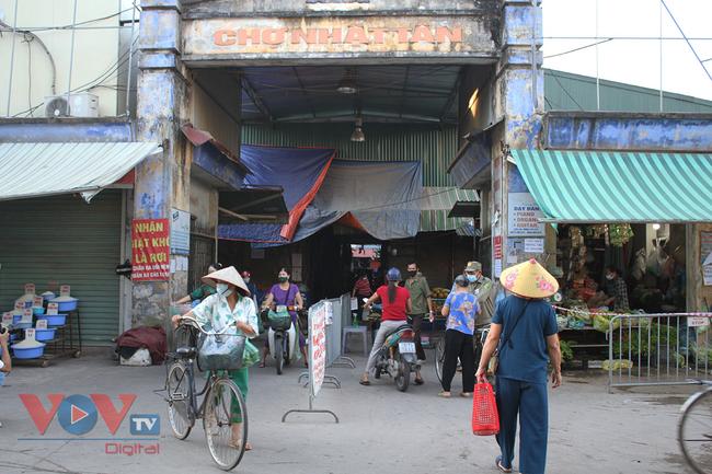 Hà Nội: Người dân phường Nhật Tân đi chợ bằng phiếu - Ảnh 1.