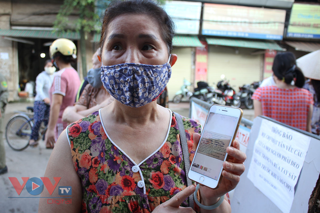 Hà Nội: Người dân phường Nhật Tân đi chợ bằng phiếu - Ảnh 13.