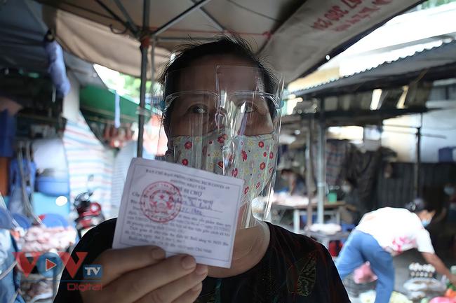 Hà Nội: Người dân phường Nhật Tân đi chợ bằng phiếu - Ảnh 11.