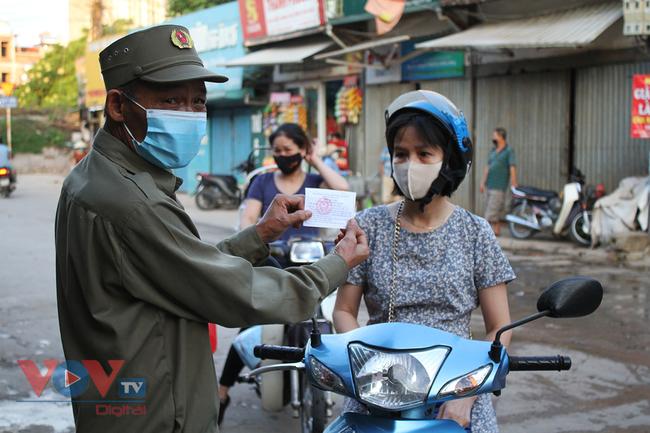 Hà Nội: Người dân phường Nhật Tân đi chợ bằng phiếu - Ảnh 2.