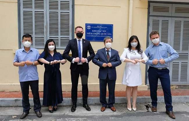 Việt Nam nhận 415.000 liều vaccine phòng COVID-19 do Chính phủ Anh trao tặng - Ảnh 2.