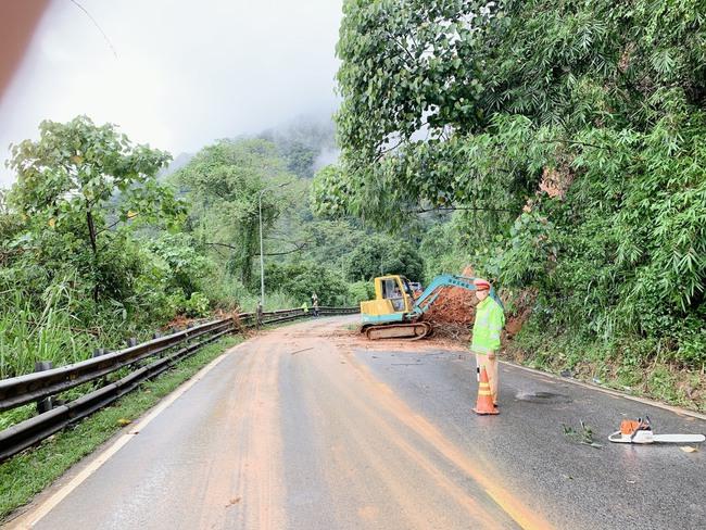 Lâm Đồng: Mưa lớn gây sạt lở đất tại đèo Bảo Lộc - Ảnh 1.