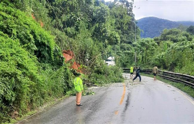 Lâm Đồng: Mưa lớn gây sạt lở đất tại đèo Bảo Lộc - Ảnh 2.