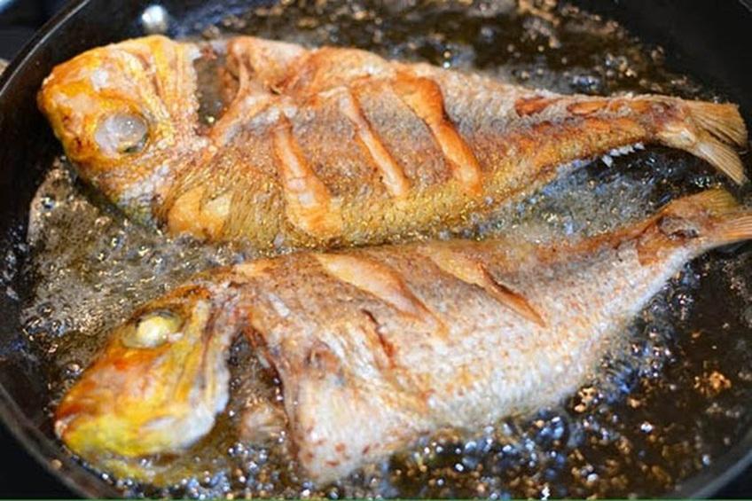 Bí kíp rán cá không bắn dầu, không dính chảo