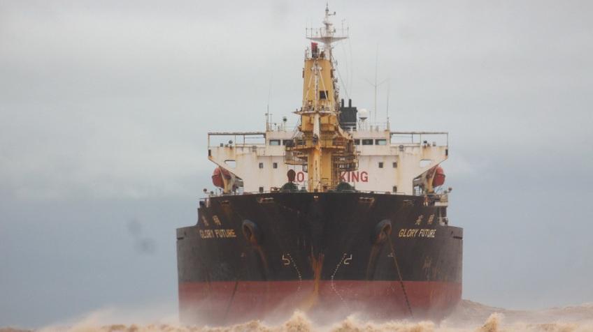 Giải cứu tàu hàng nước ngoài cùng 20 thuyền viên mắc cạn tại Quảng Trị