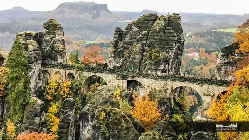 Cầu đá sa thạch tuyệt đẹp nối liền những ngọn núi