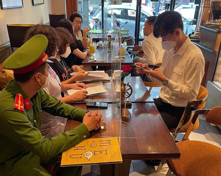 Hà Nội xử phạt một số cơ sở kinh doanh chưa thực hiện nghiêm quy định quét mã QR Code