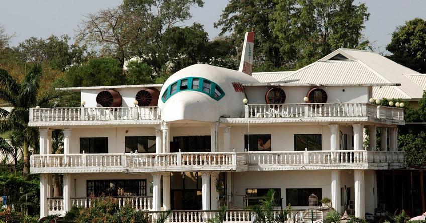 Biết vợ thích du lịch, người đàn ông xây cả máy bay trên nóc nhà