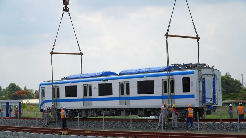 TPHCM: Đoàn tàu metro 1 được lắp đặt lên đường ray tại depot Long Bình