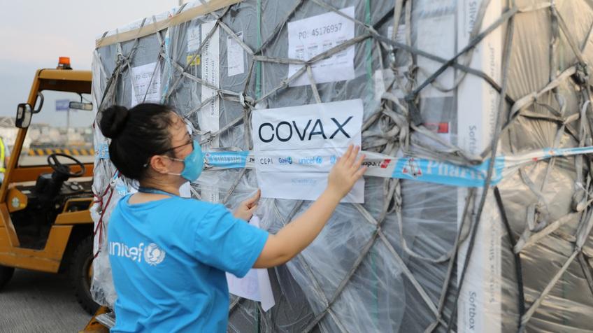 Gần 1 triệu 700 liều vaccine COVID-19 đã về tới Việt Nam