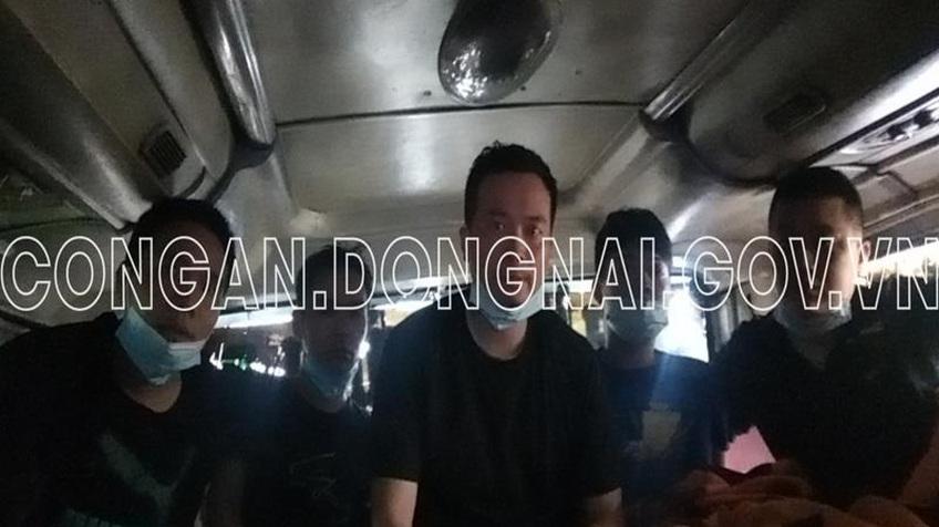 Bắt 5 người Trung Quốc nhập cảnh trái phép, trốn trong khoang chứa hàng xe khách